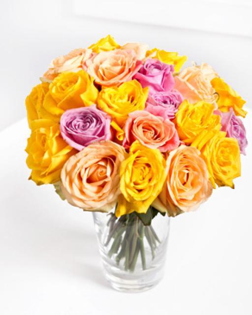 Низкий букет из роз в светлых тонах