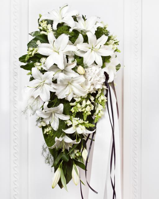Похоронный букет из белых цветов